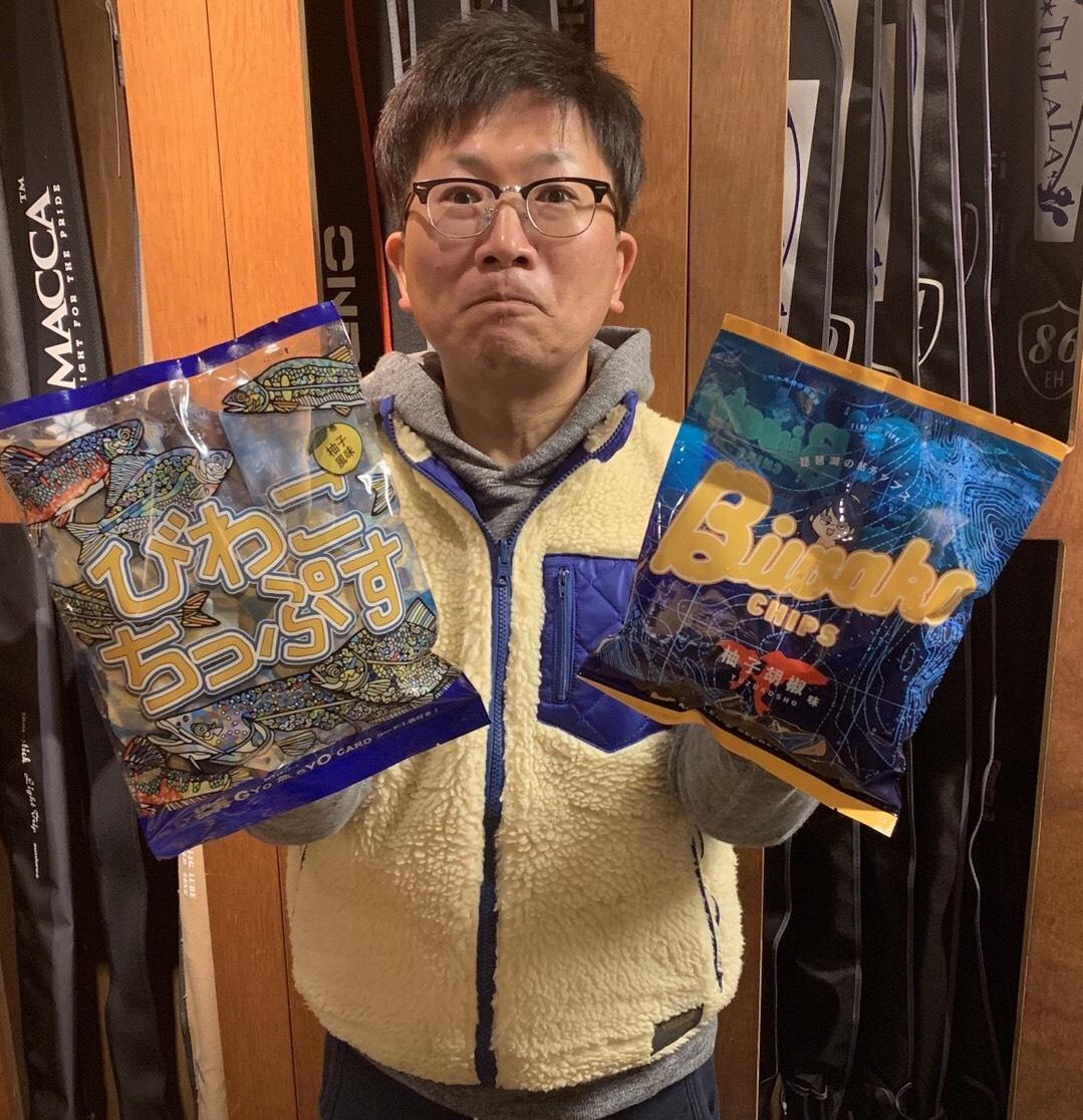 「びわこちっぷす」と「BIWAKO CHIPS」を持つ中川さん
