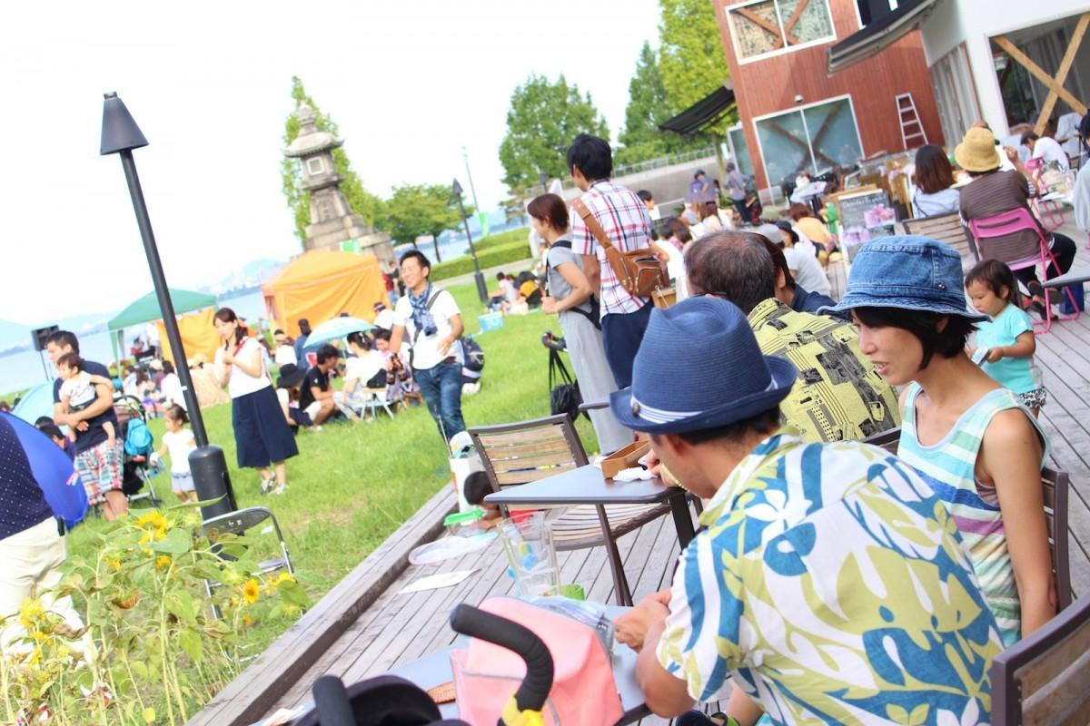 湖岸で音楽を楽しむ来場者(過去開催時の様子)