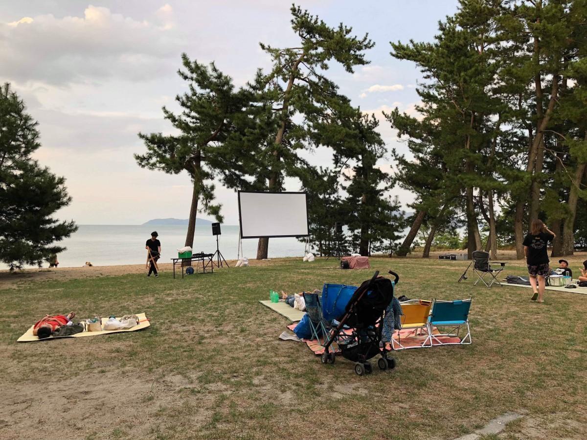 琵琶湖岸にスクリーンを設営する