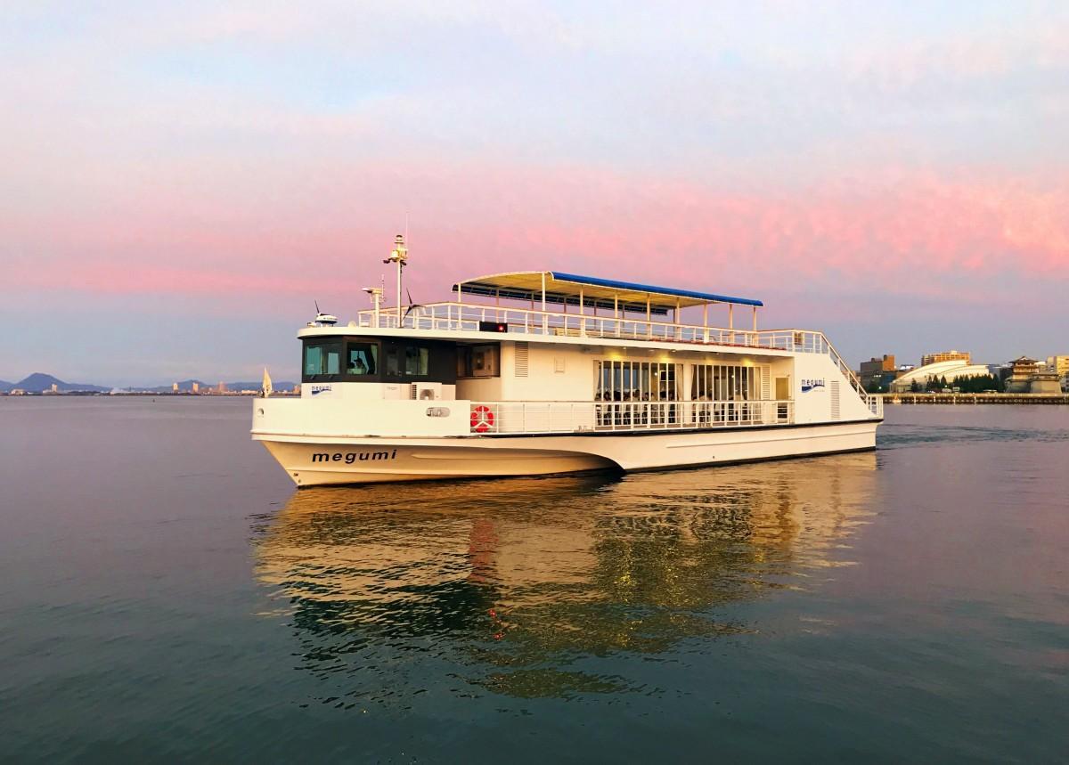 夕暮れの琵琶湖をクルージングする高速船「メグミ」