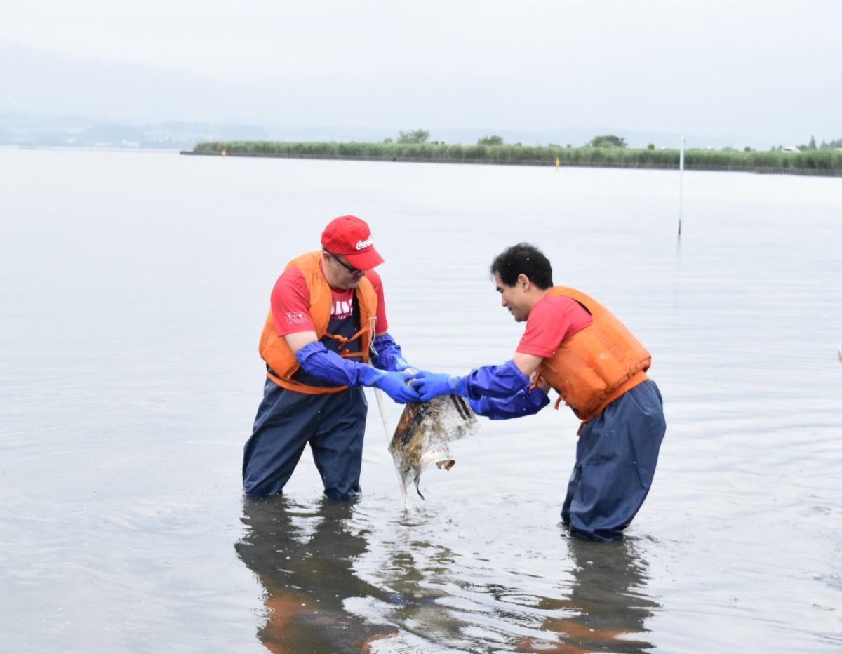 琵琶湖のごみを拾う日本コカ・コーラのホルヘ・ガルドゥニョ社長と宮本和宏守山市長