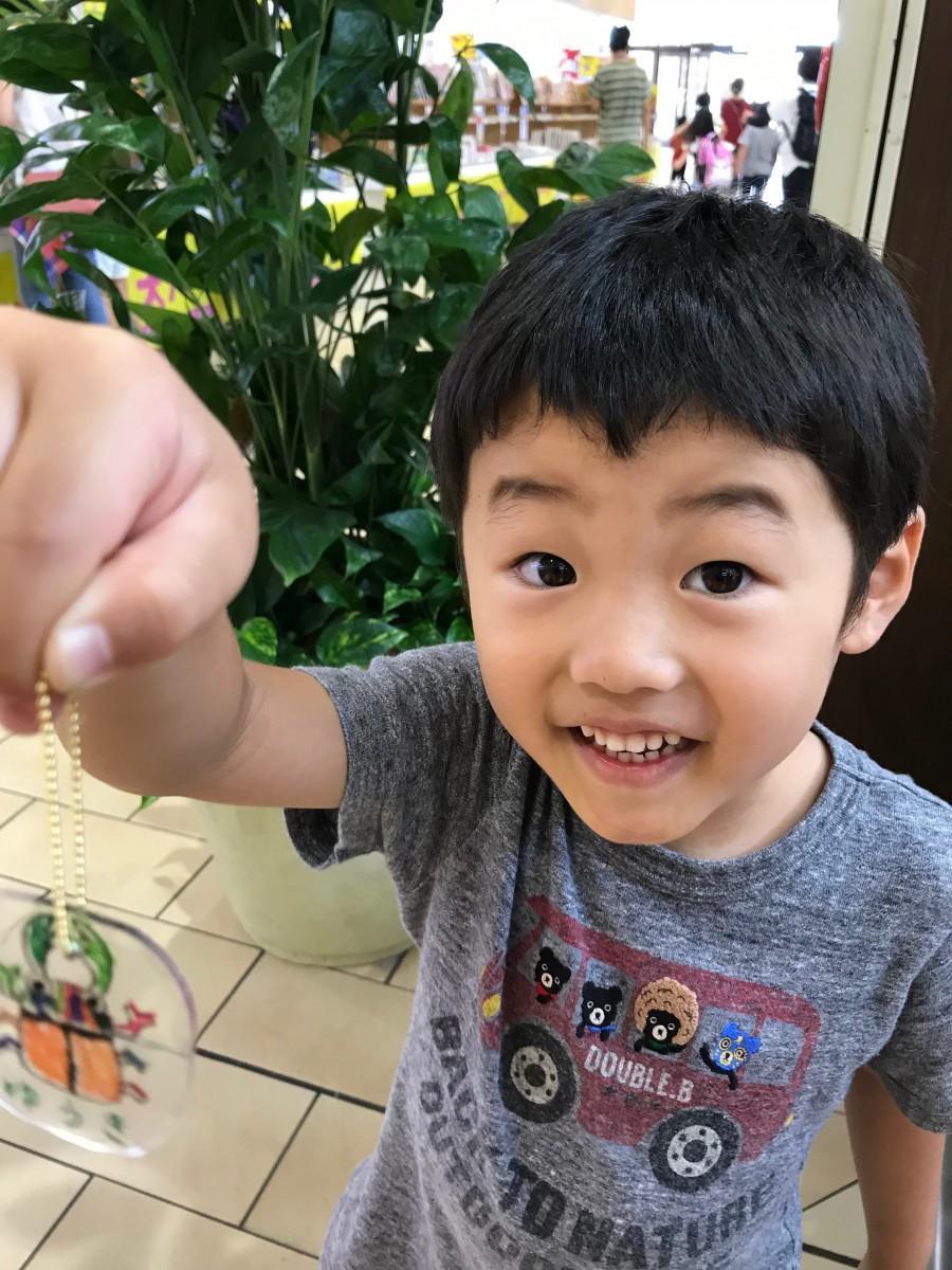 プラ板キーホルダーを作る子ども