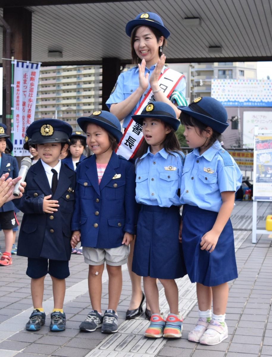 交通安全を願うメッセージを伝える「ジュニアポリス」の園児たちと加藤さん
