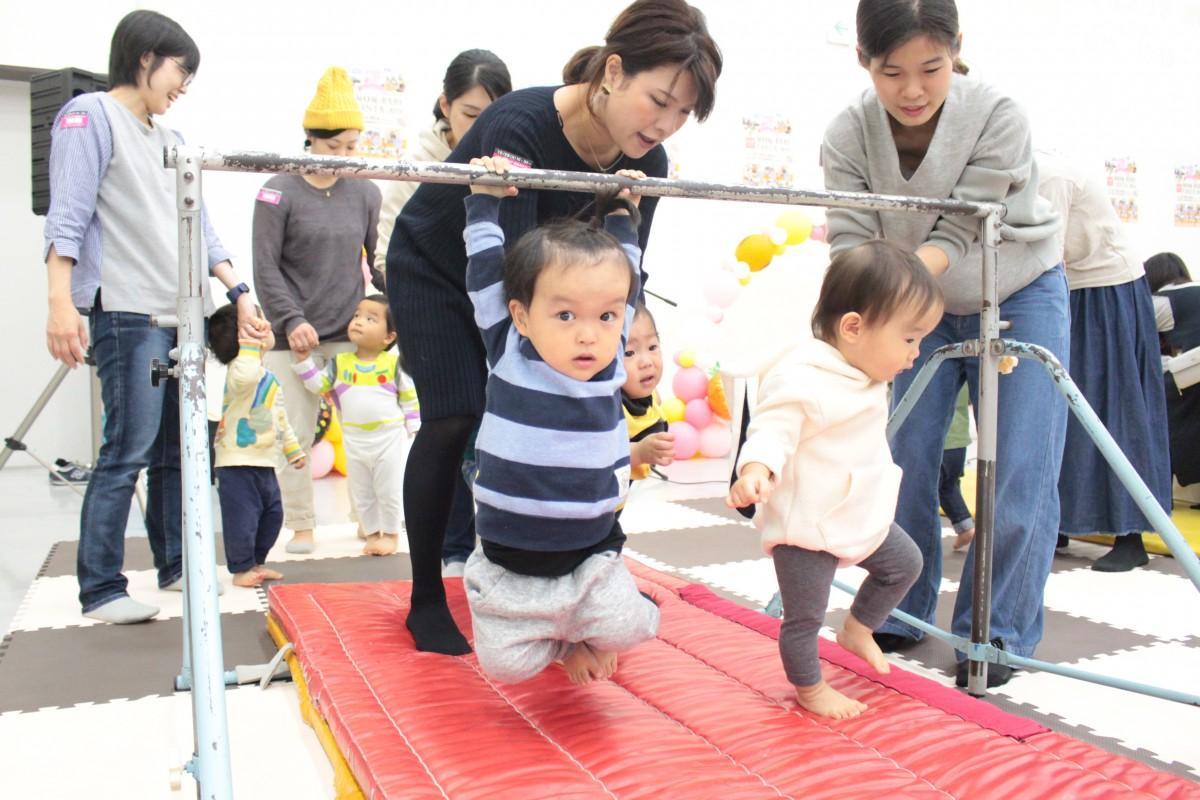 毎年人気の体験プログラム「赤ちゃんハイハイレース」の様子
