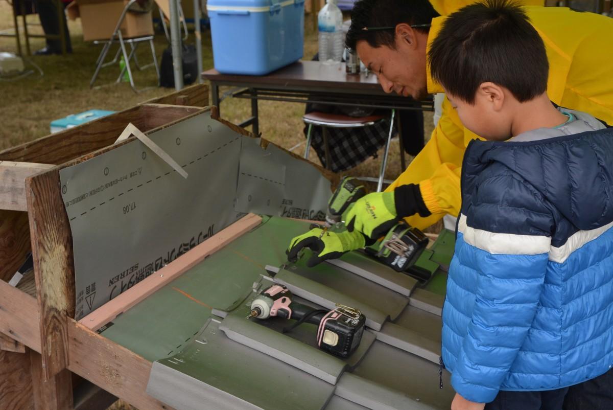 滋賀県瓦工事協同組合青年部による瓦ふき体験の様子
