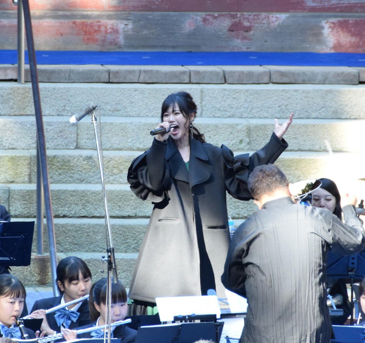 釈迦堂ライブで学生の演奏に合わせて歌う「TRUE」さん