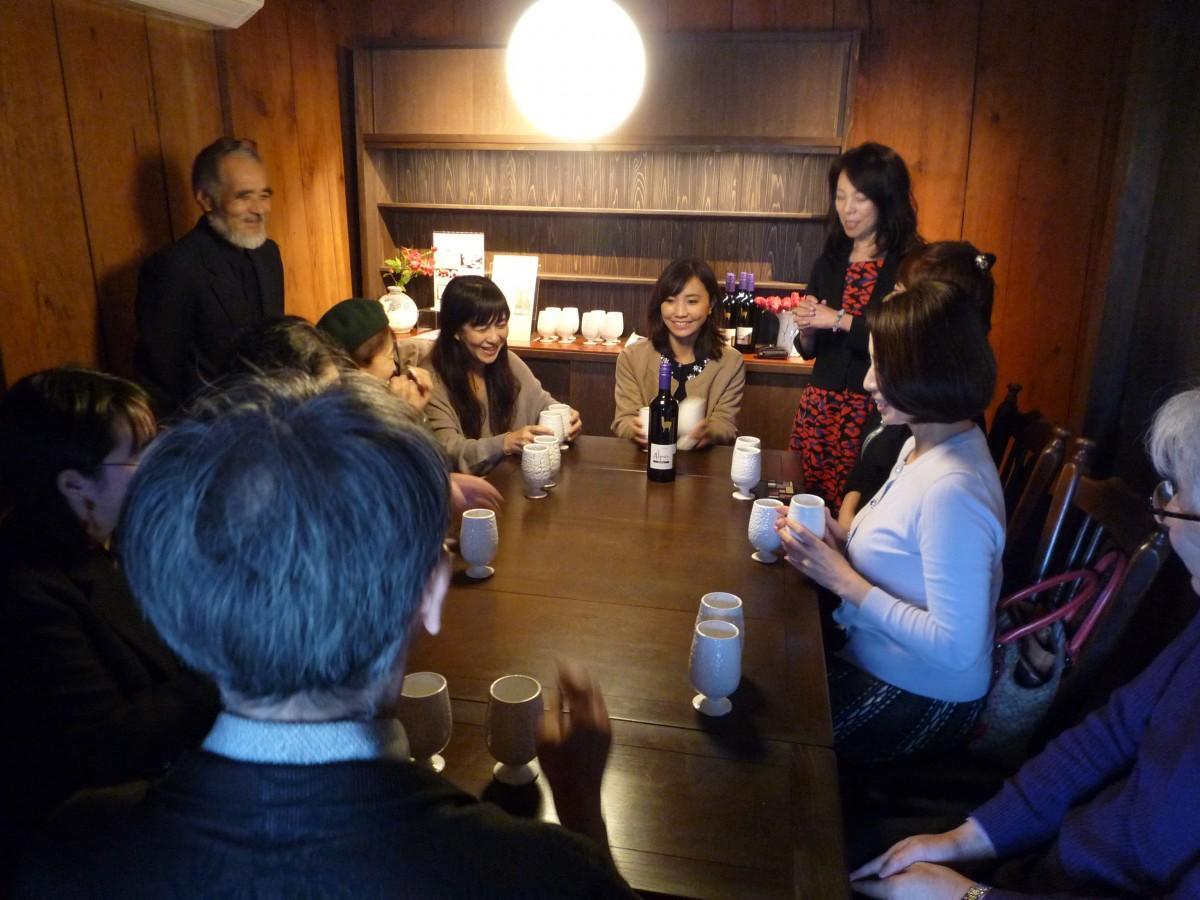 陶器カップによるワインの飲み比べ 「香りが違う」と驚く参加者