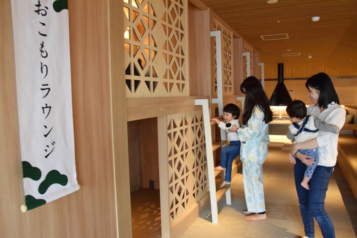 個室のような「おこもりラウンジ」 電源、Wi-Fiも無料。半個室で長居できる