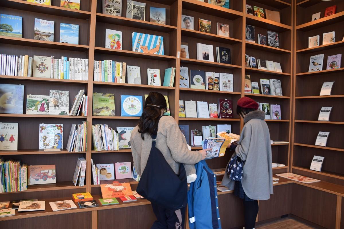 棚ごとに違うジャンルの本が並ぶセルフブックス店内