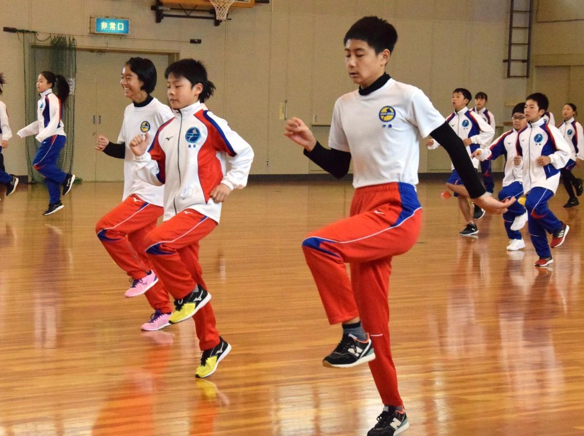 運動能力を向上させる「コーディネーショントレーニング」を受ける子どもたち