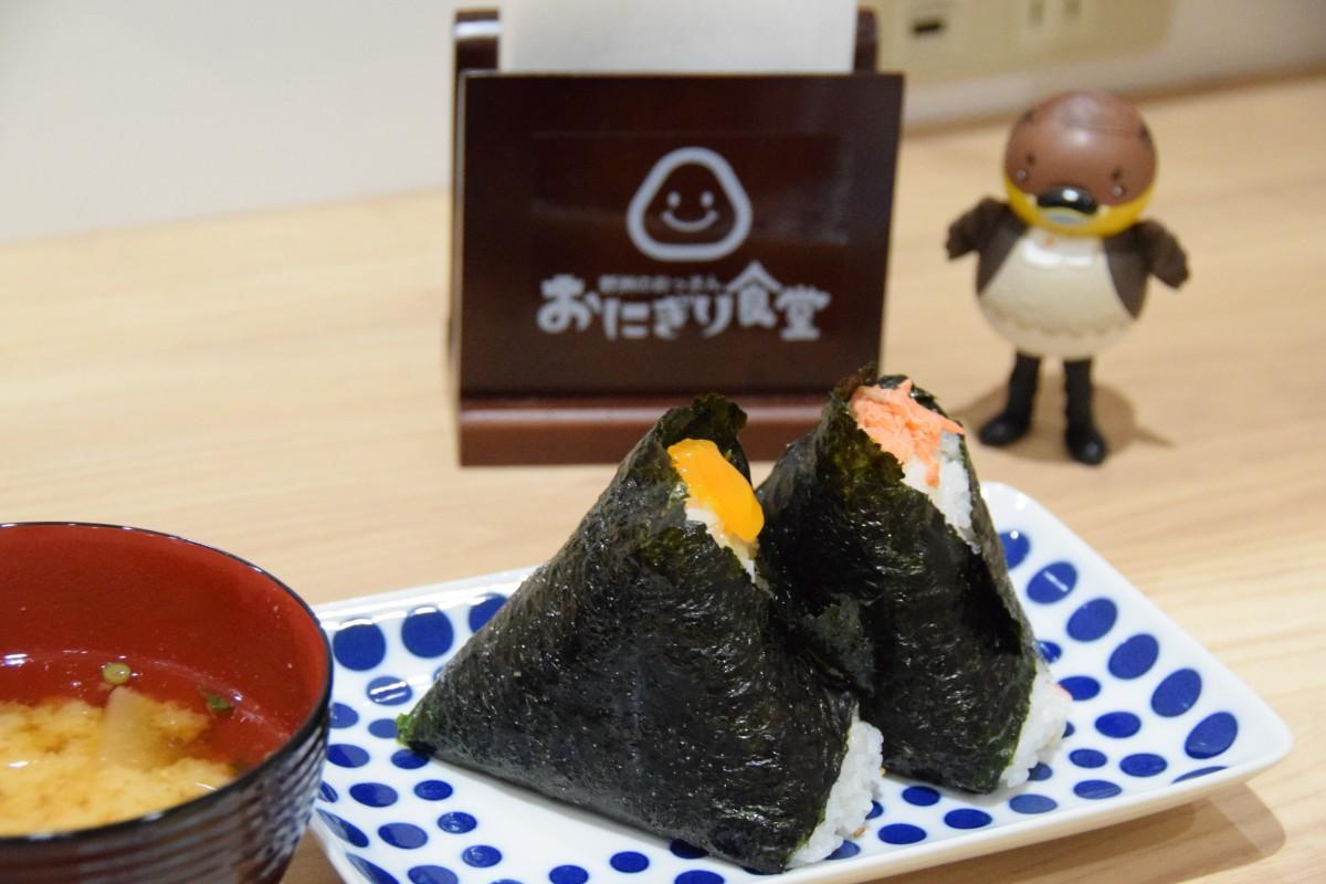 「野洲のおっさんおにぎり食堂」の人気メニュー焼き鮭おにぎりと卵黄じょうゆ漬けおにぎり