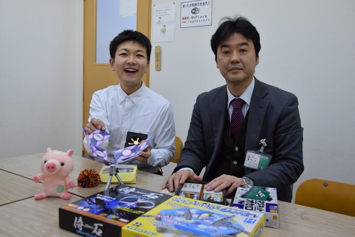 アットスクール社長の鈴木正樹さんとフリースクール「まいぺーす」指導員の高野雄志さん
