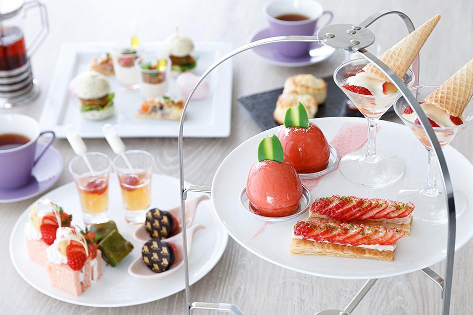 イチゴとピスタチオのムース、イチゴのフィユタージュなどをのせたティースタンド
