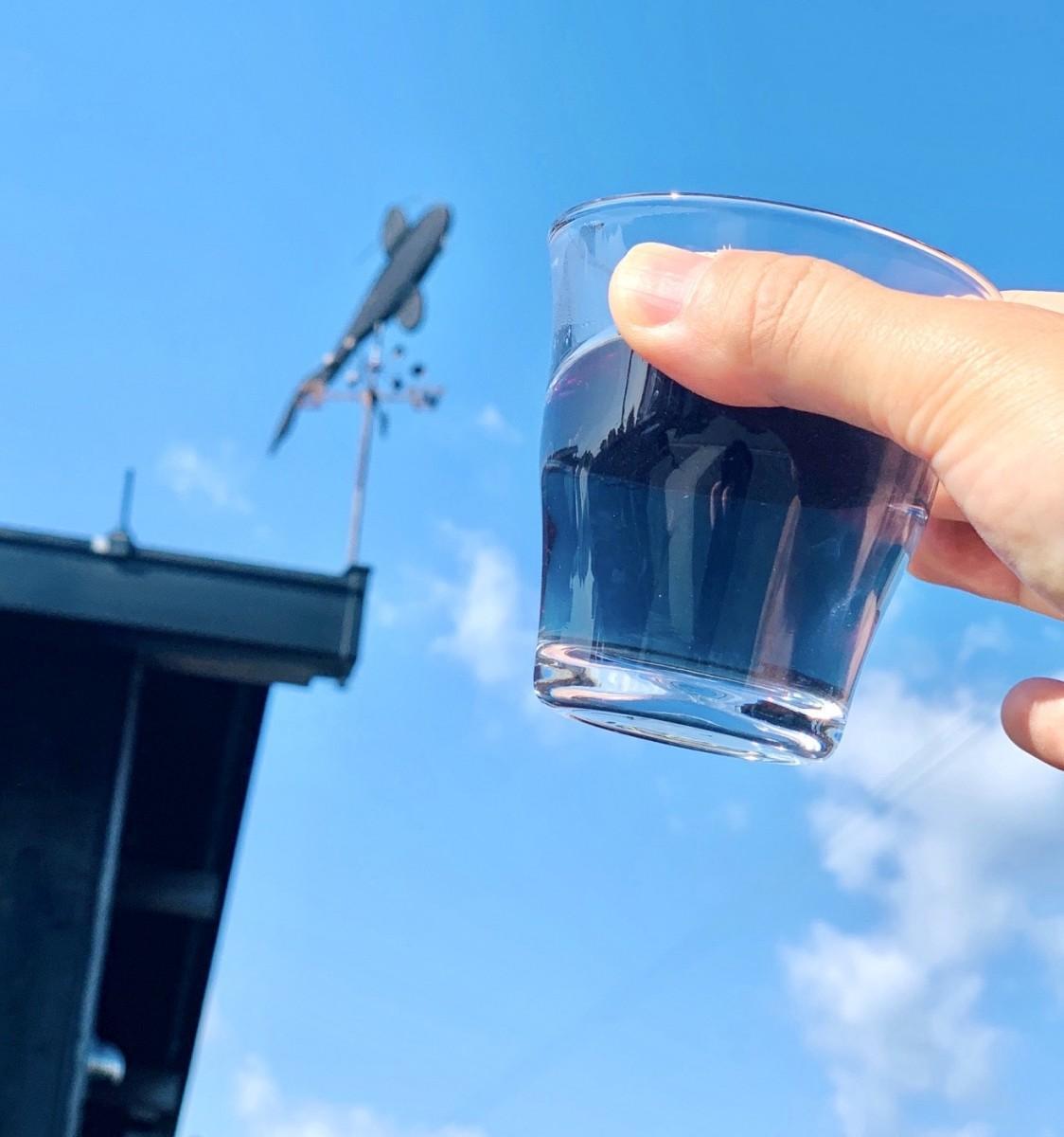 透き通った紺色の昔の琵琶湖を表現した「びわ湖のお茶」