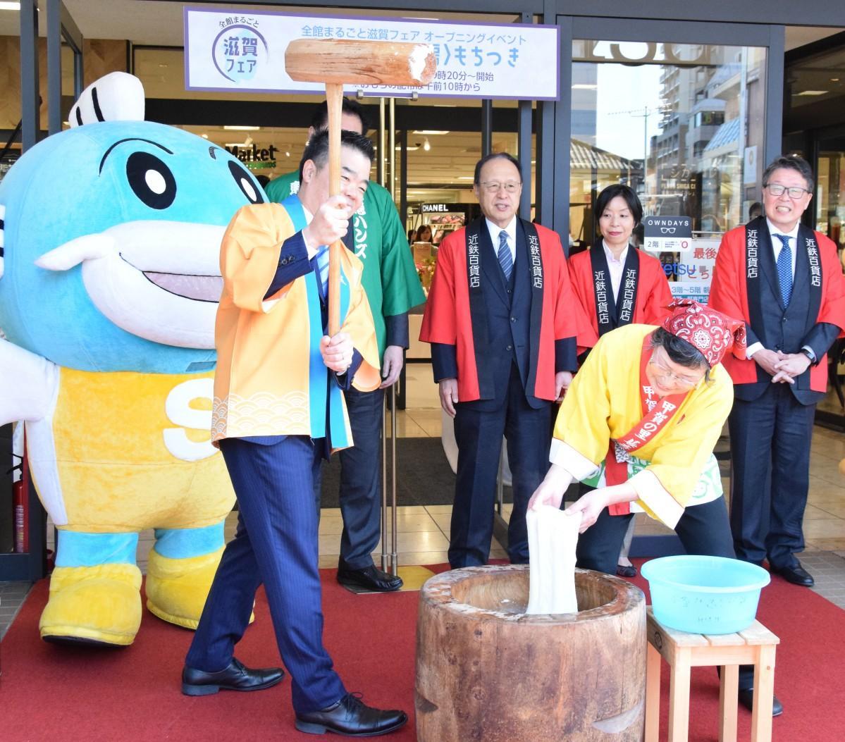 オープニングセレモニーで餅つきをする三日月大造滋賀県知事