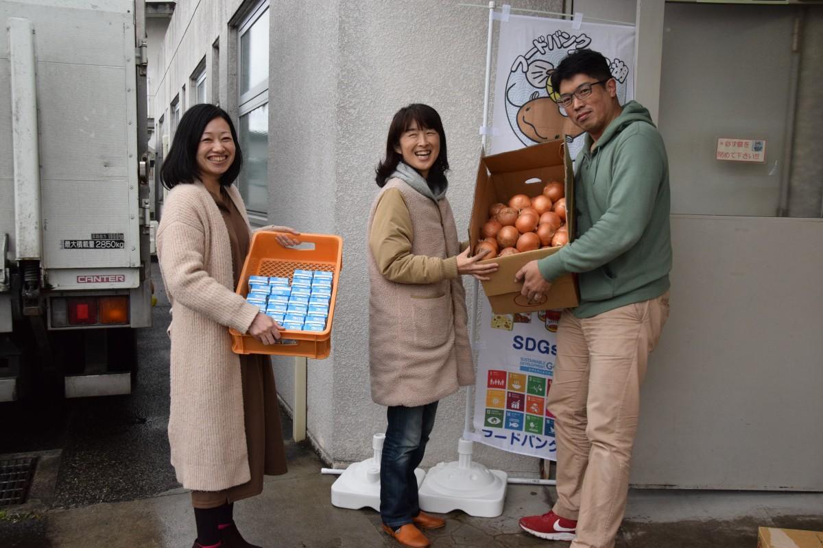 堀さんから食材を受け取る林さんと藤田さん