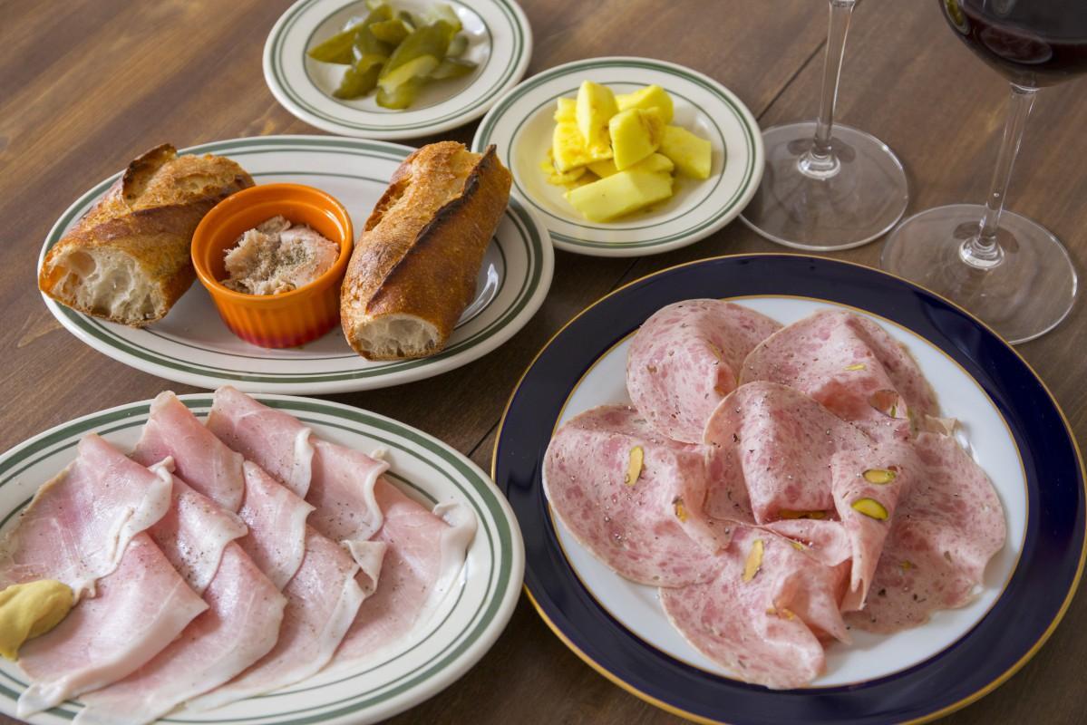 ロンロヌマンの「シャルキュトリー」などの料理とアズールブルーのワインの「家飲みセット」