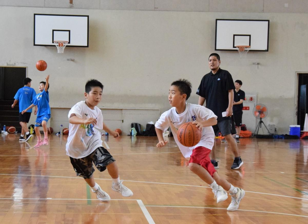 バスケットボールの練習をするターゲットエイジ強化指定選手