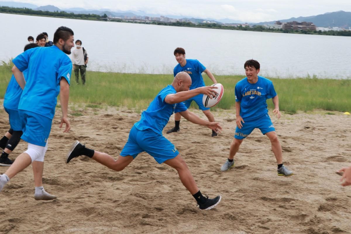 琵琶湖岸でタッチラグビーをする晴山選手、伊藤選手ら