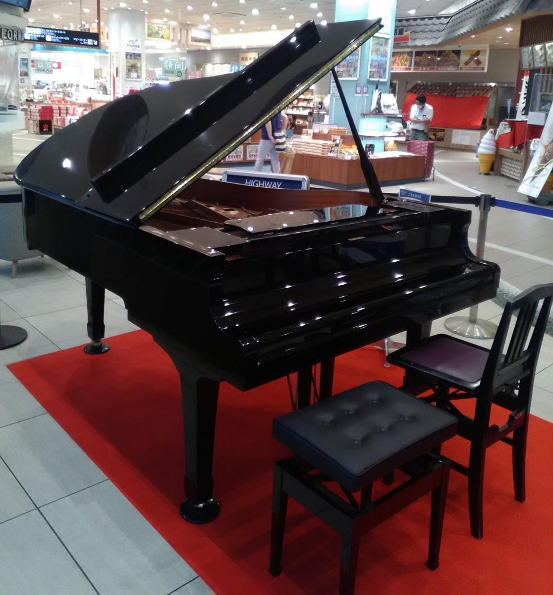 大津サービスエリアに設置された「ハイウェイピアノ」