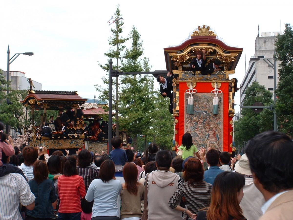 大津祭過去開催時の様子。曳山からは厄除けちまきや手拭いがまかれる 写真提供:(公社)びわこビジターズビューロー