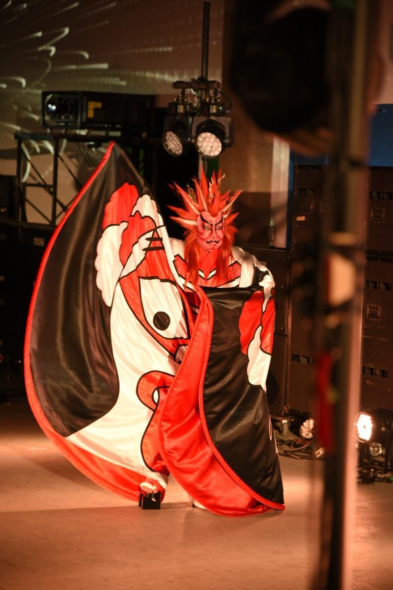 山本寛斎さんのデビュー作「凧絵」を着てパフォーマンスする歌舞伎役者の市川右團次さん