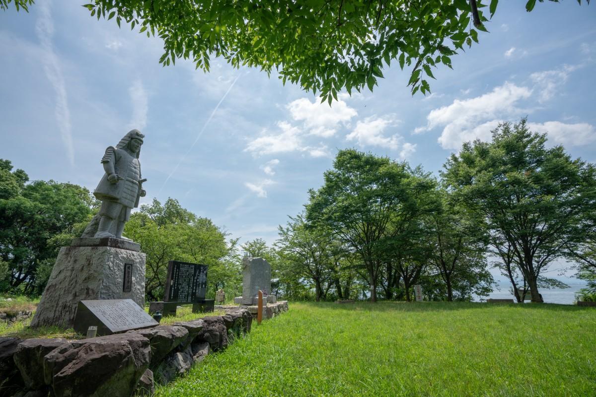 明智光秀の像が立つ坂本城址公園