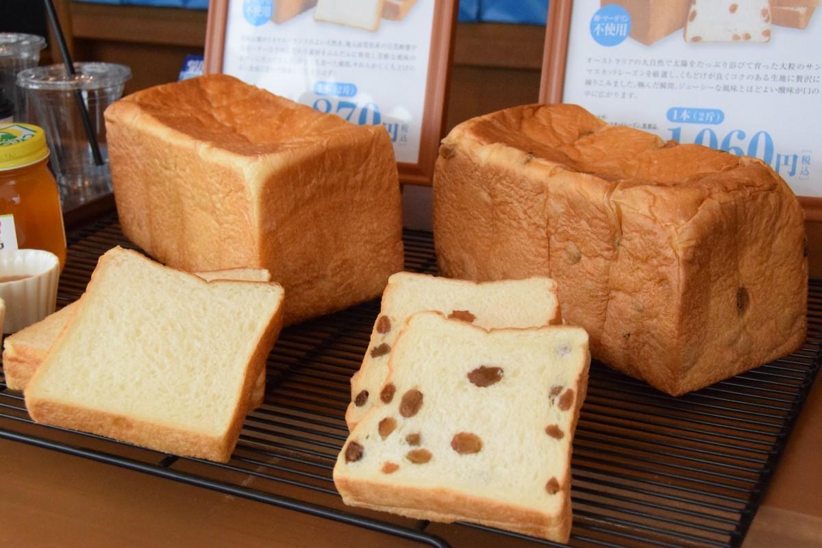 鈴鹿山脈の天然水や安土のハチミツを使った食パン「お手やわらかに」(870円)とサンマスカットレーズンを使った「れーずん」(1,060円)