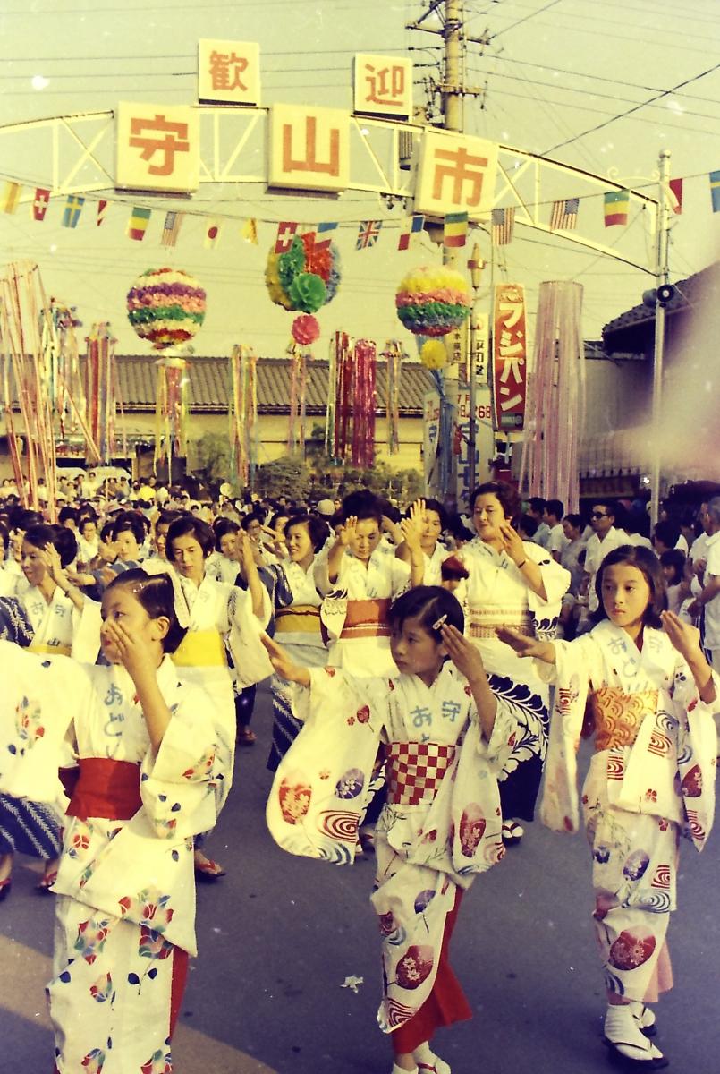 1970年の守山市市制施行を祝って行われた「守山音頭」の「総おどり」の様子