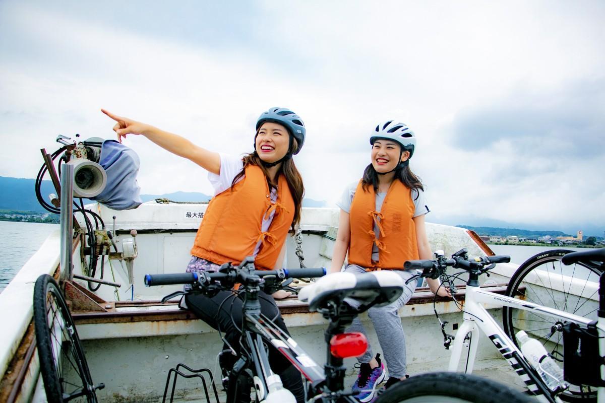 自転車ごと漁船に乗り、琵琶湖を渡って「ビワイチ」をショートカット