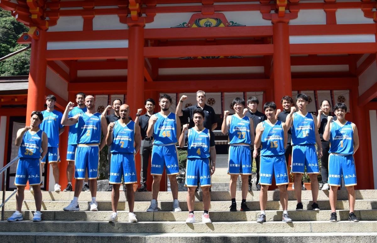 近江神宮楼門前に並ぶ2020-21シーズンの滋賀レイクスターズの選手とスタッフ