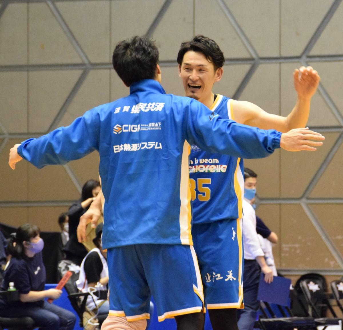 勝利の瞬間、抱き合う伊藤大司選手と狩俣昌也選手
