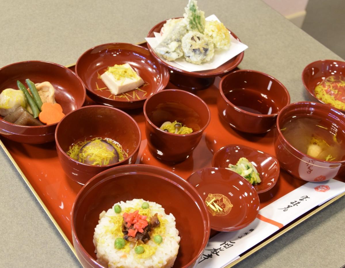 菊なます、菊の天ぷら、菊ずし、菊のゼリーなど菊ずくめの「菊御膳」