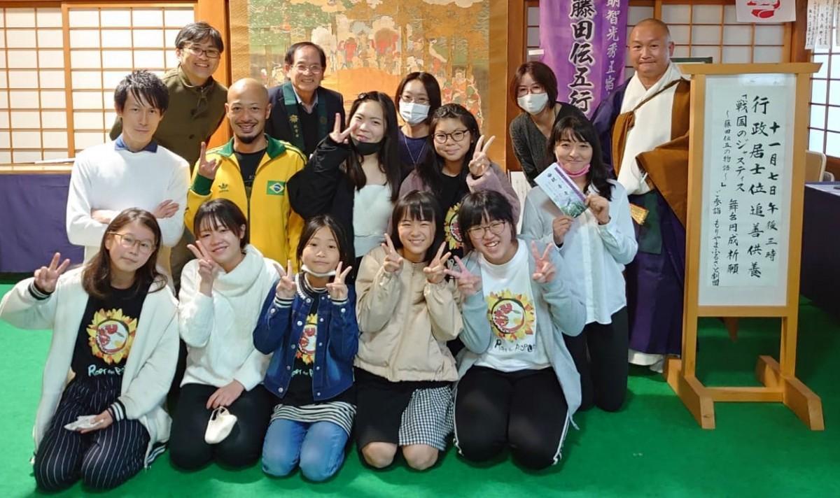 もりやまふるさと劇団のメンバーで藤田伝五の墓があるとされている観音寺にお参りした
