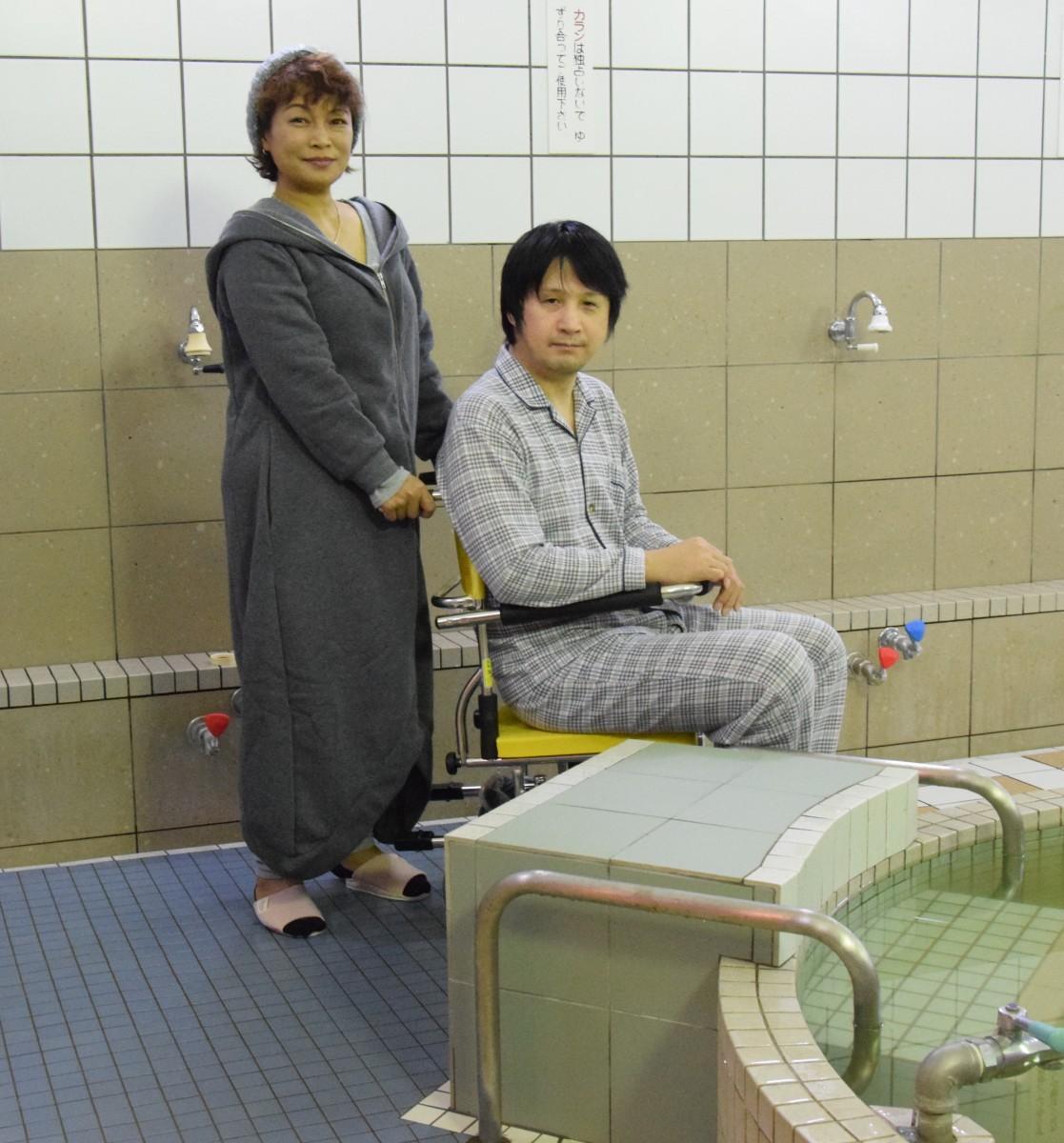 大津湯店主の米谷基広さんと若女将の智也子さん