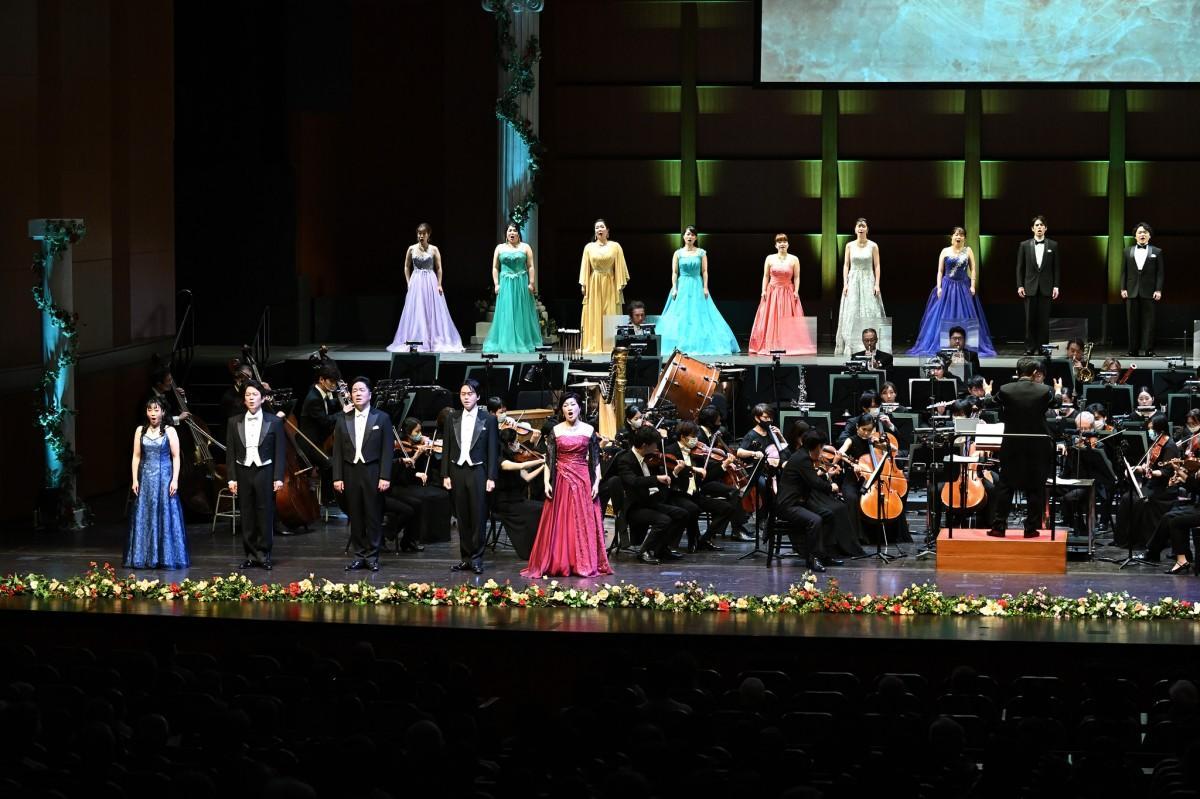 びわ湖ホールの「ジルヴェスター・コンサート」オペラの名曲を演奏し、歌唱した(写真提供:びわ湖ホール)