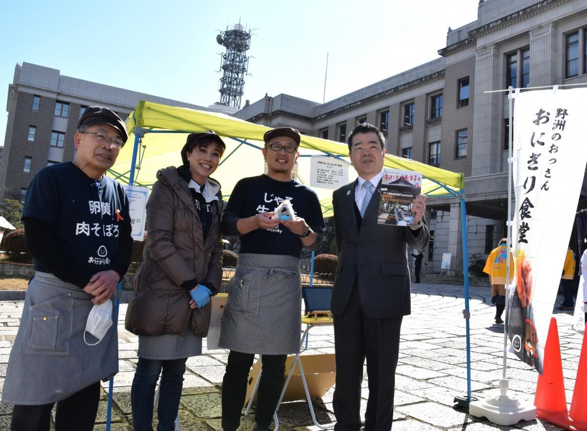 「野洲のおっさんおにぎり食堂」のスタッフと三日月大造滋賀県知事