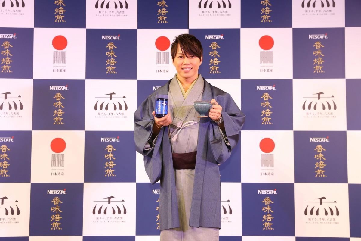 信楽焼のマグカップを持つ西川貴教さん