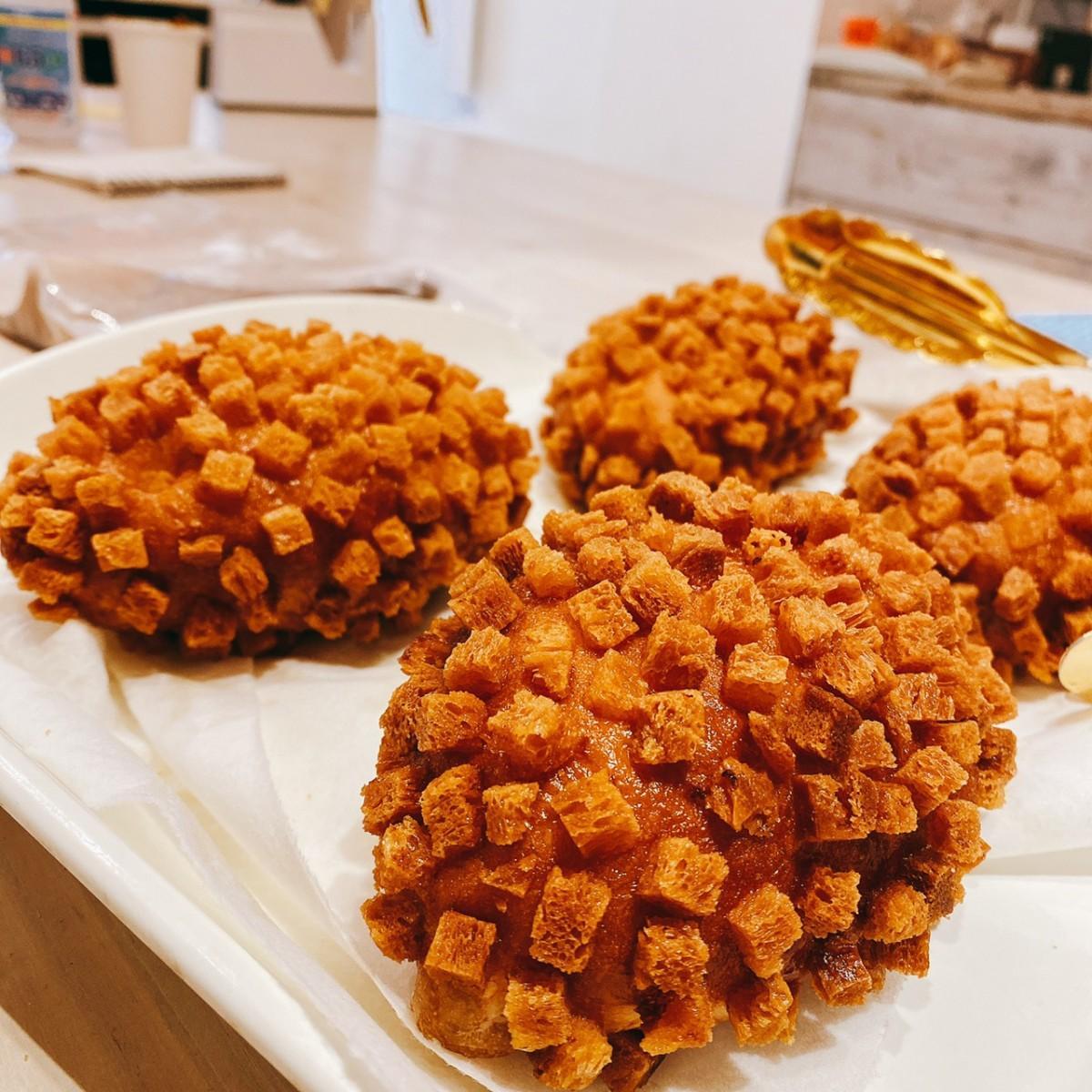 金賞受賞の「ザックザクカレーパン」は、周りに付いたクルトンの食感が特徴