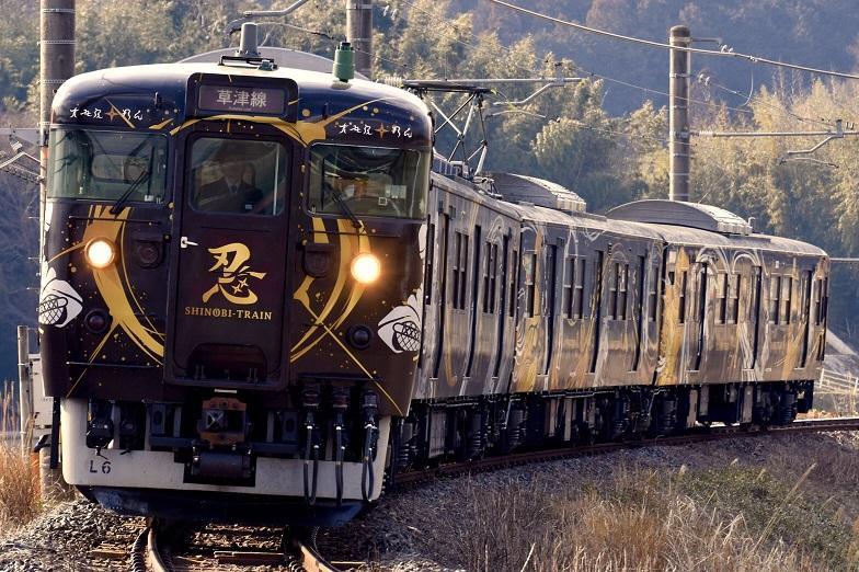 JR草津線を走る忍者ラッピング電車「SHINOBI-TRAIN」