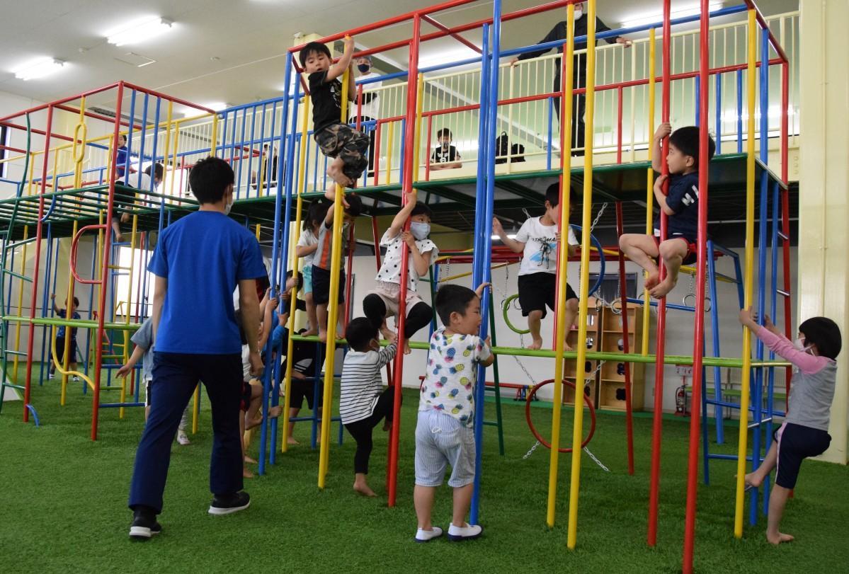 登り棒や滑り台などがある複合遊具も使い全身を動かして遊ぶ
