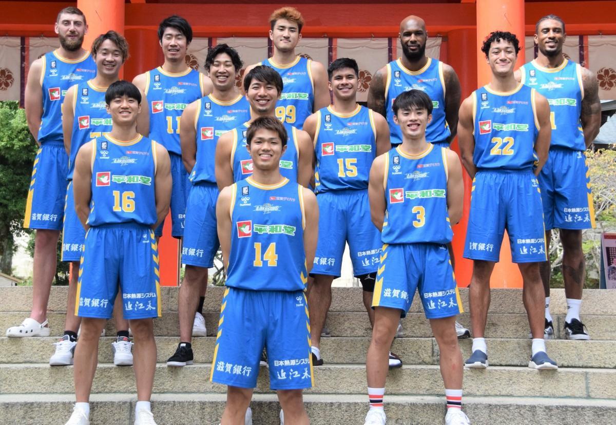 近江神宮楼門前に並ぶ2021-22シーズンの滋賀レイクスターズの選手
