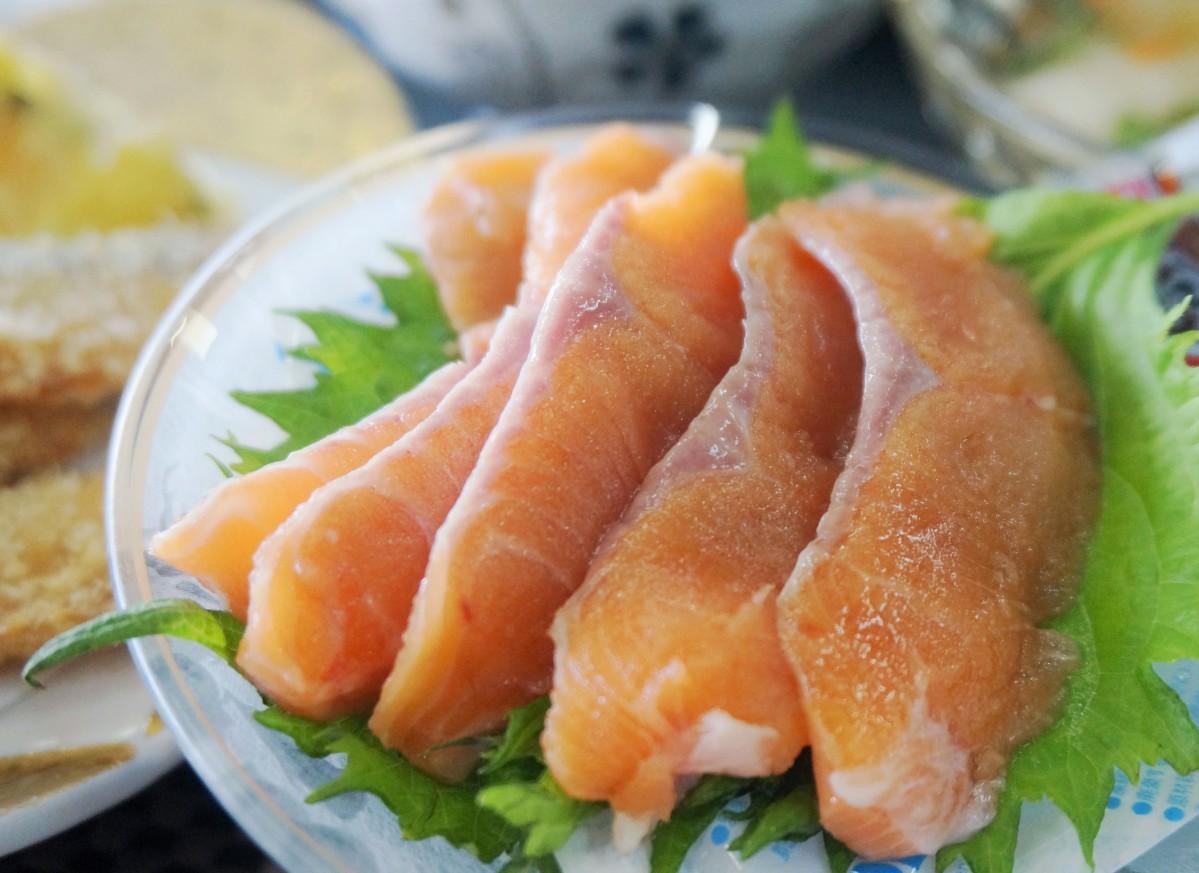 沖島で味わえる脂がのったビワマスの刺身