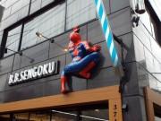 文京の理容室に等身大「スパイダーマン」 米雑貨好き店主「地域に笑顔を」