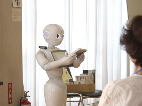 「気まぐれロボット」を朗読するペッパー