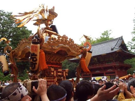 連合宮入でにぎわう根津神社