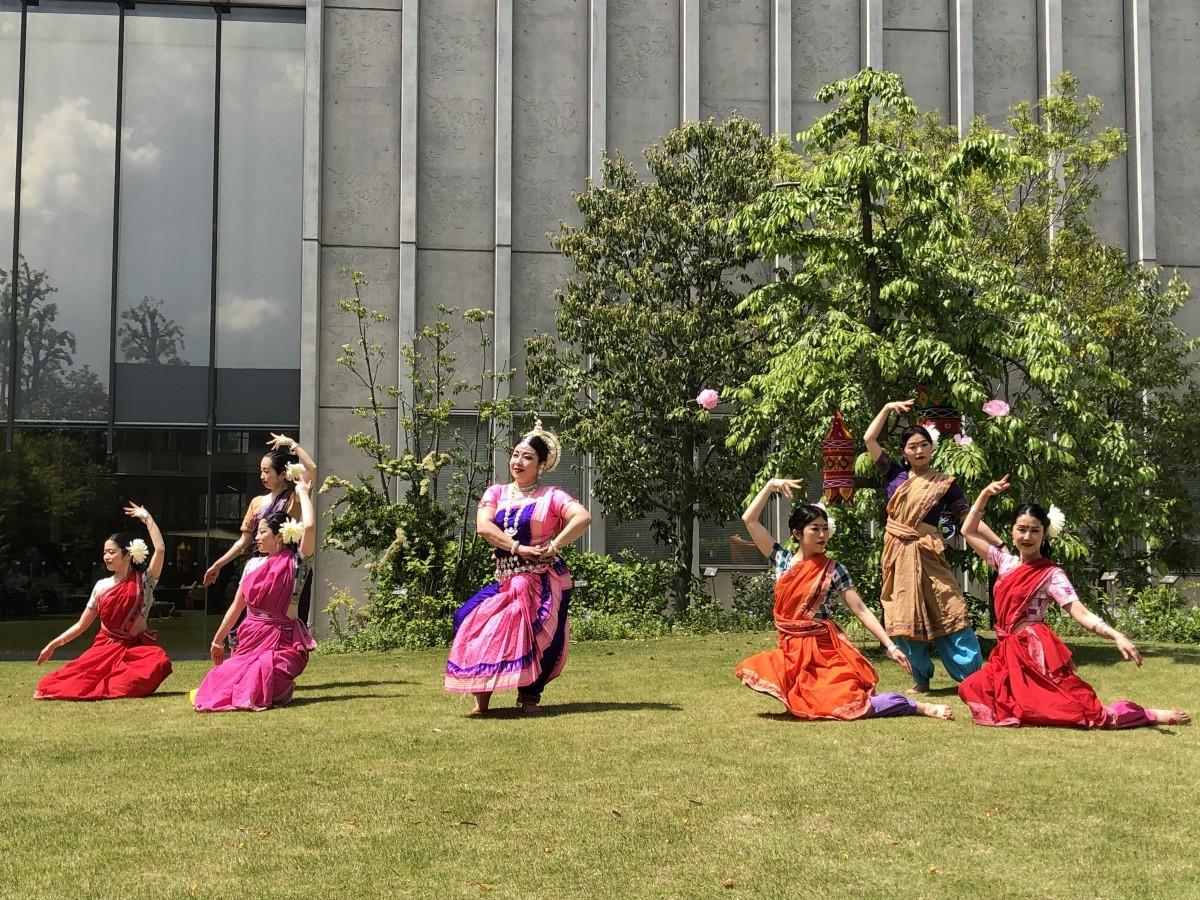 東インドの古典舞踊「オリッシー」を披露する様子