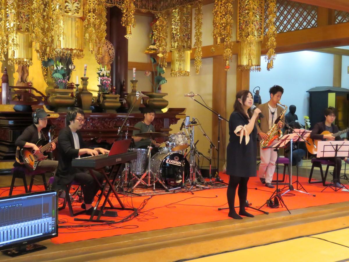 録音する曲のデモ演奏を行うプロミュージシャン