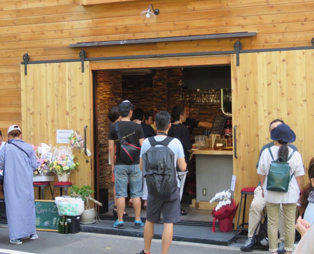 神田川沿いの緑に映える外観。クラフトビア・バー「グランズー」のオープニング・レセプションの様子。(2019年5月26日撮影)