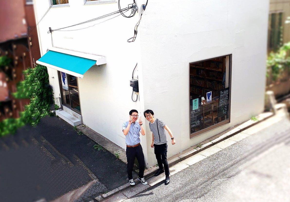 「Pebbles Books」の店頭で、1周年を迎えた久禮亮太さん(右)と渡辺秀行さん(左)